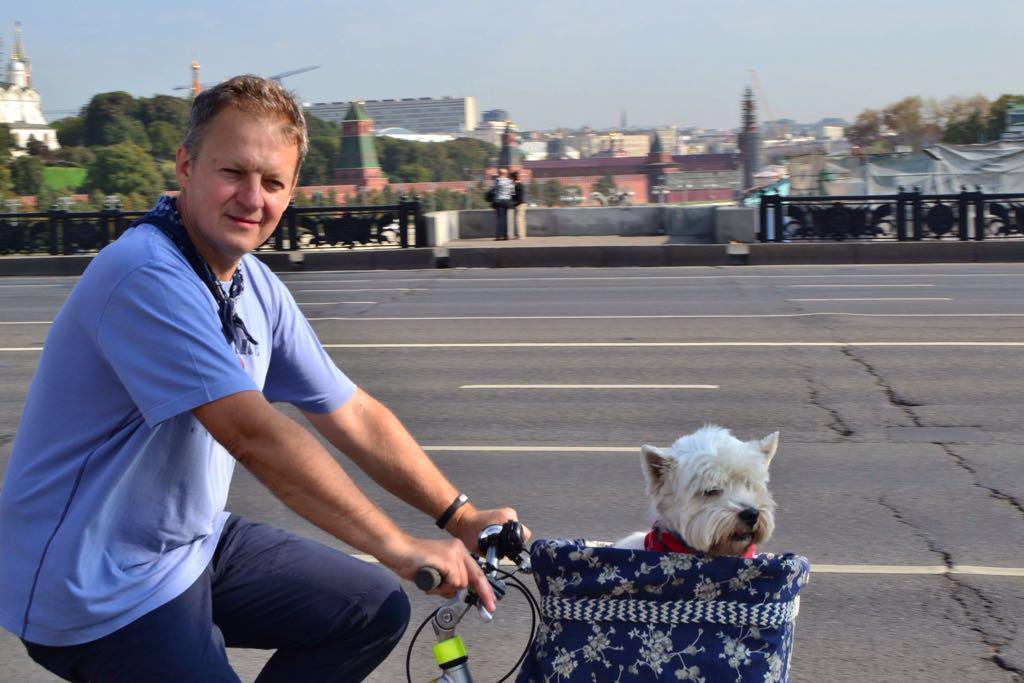 Эльф Энджел - любитель велосипеда